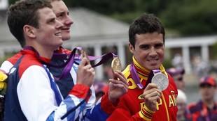 Javier Gómez Noya muestra su medalla de plata en trialtón en Londres...