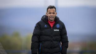 Javier Calleja, durante un entrenamiento del Alavés, esta temporada....