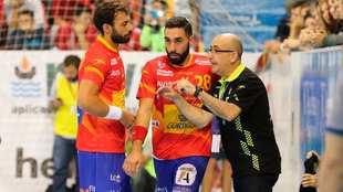 Valero Rivera, en el centro, con el seleccionador Jordi Ribera en un...