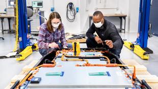 Dos ingenieros trabajan en el laboratorio de baterías de Ford en...
