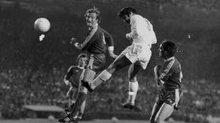 Santillana remata a puerta en el duelo ante el Bayern en 1976