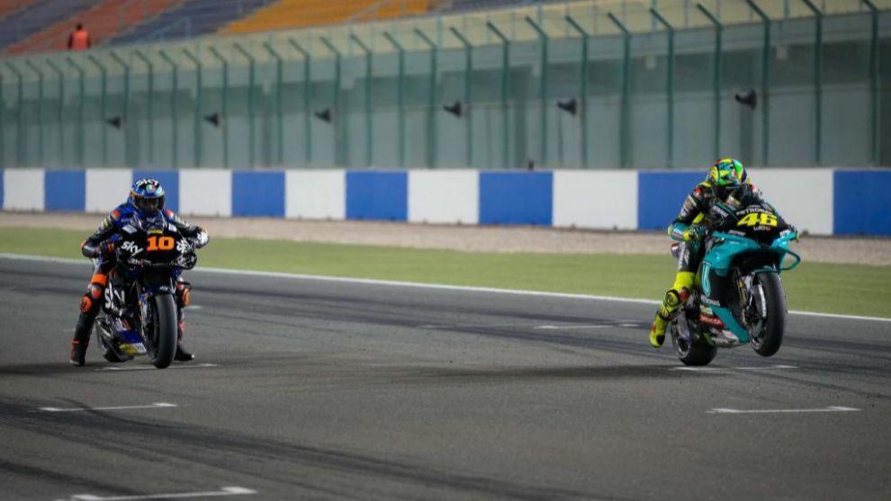 Luca Marini y Valentino Rossi, en Losail.