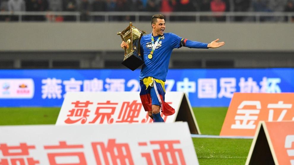 Gio Moreno sujeta el trofeo tras conquistar el título de Copa en 2017, su primer título en el club