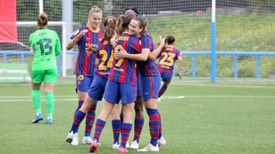 Las jugadoras del Barcelona se abrazan ras marcar un gol al Madrid...