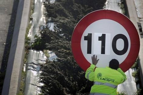 Un operario modifica a 110 km/h el límite de velocidad de una señal de tráfico en 2011.