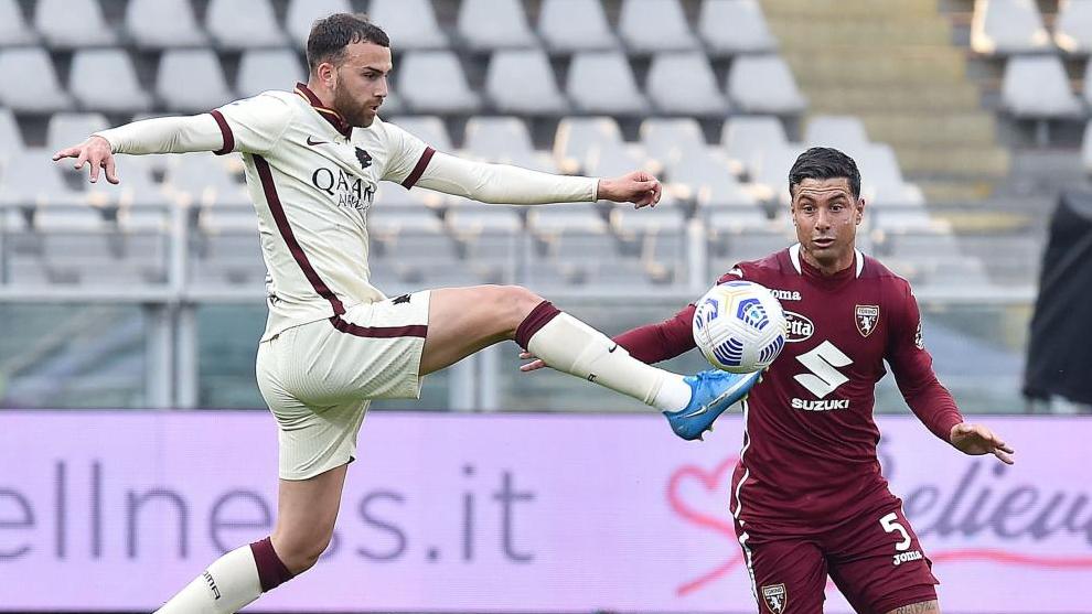 Borja Mayoral, ante Izzo, en un partido de la Serie A italiana.