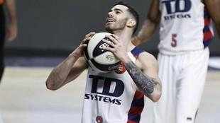 Luka Vildoza gesticula con el balón durante un partido con el TD...