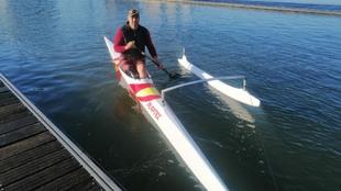 Javier Reja, en su canoa antes de un entrenamiento en el Guadalquivir.