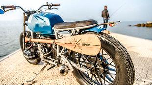 La pala y la caña de pescar dan la personalidad especial a esta BMW...