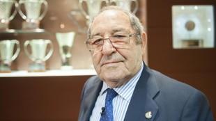 Paco Gento, con trofeos al fondo.