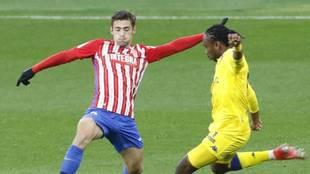 José Gragera, con guantes ante Nwakali, en el partido ante el...