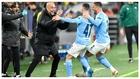 Guardiola celebra un gol junto a Foden y Walker.