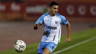 Jairo Samperio avanza con el balón durante el partido en Mallorca