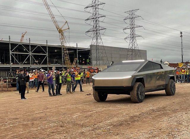 Elon Musk conduce el Tesla Cybertruck en la Gigafactory Texas.