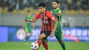 Ablahan disputa un balón con Jonathan Viera en el partido del...