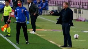 Koeman da instrucciones durante el encuentro contra el Granada.