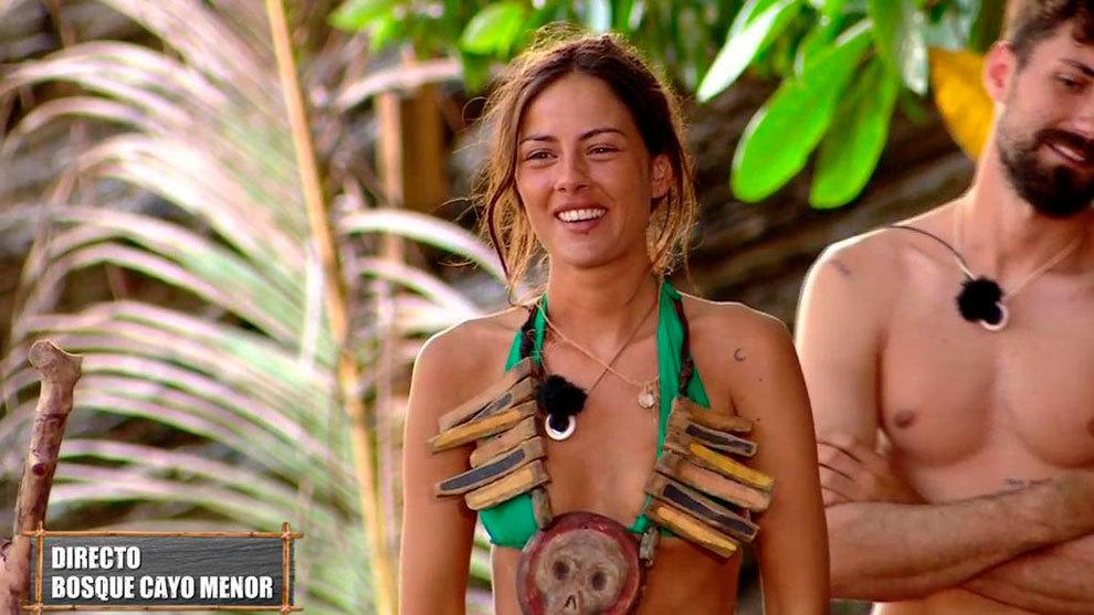 Melyssa Pinto sonríe después de ganar el juego del collar de líder.