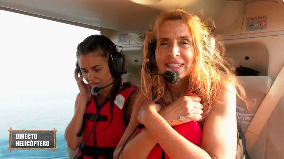 Valeria Marini, con Alexia Rivas detrás de ella, antes de saltar desde el helicóptero.
