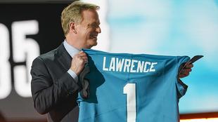 Roger Goodell, comisionado de la NFL, sostiene un jersey de Trevor...