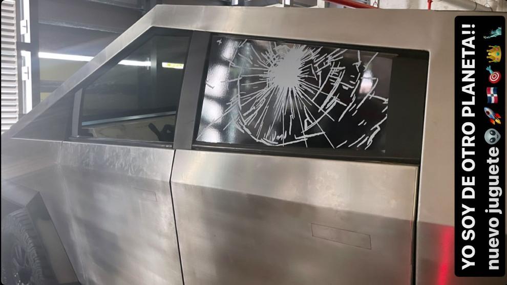Al Tesla falso no la falta ni el detalle de la ventanilla que se rompió durante su presentación mundial.