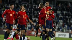 Los jugadores de la selección celebran un gol.