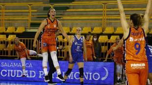 Raquel Carrera explota de alegría tras ganar el partido ante el...