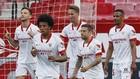 Los jugadores del Sevilla celebran un gol frente al Granada.