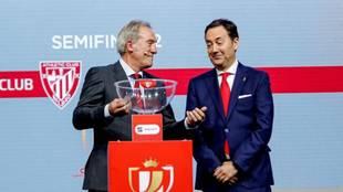 Antonio Fernández Monterrubio, con Andoni Goikoetxea en un sorteo de...