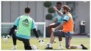 Un acción entre Courtois, Vinícius y Ramos en el entrenamiento de...