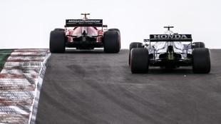 Carlos Sainz pasa a Tsunoda, durente los Libres 2 del Go de Portugal...