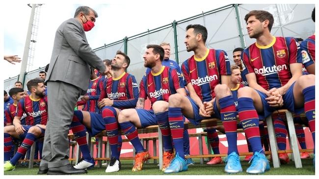 Joan Laporta hablando con los jugadores del Barcelona.