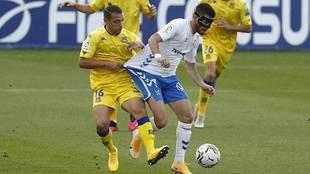 Jacobo es agarrado por Bellvis en el partido del Tenerife en Santo...