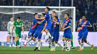 Los futbolistas del Shanghai Shenhua celebra como una piña el gol de...