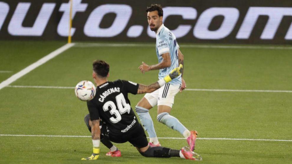 Brais supera a Cárdenas en el gol de la victoria del Celta. /
