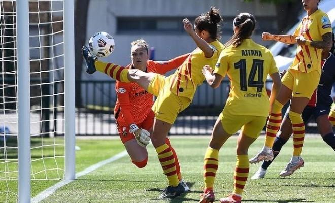 Marta Torrejón salvando un gol del PSG en línea de gol en París