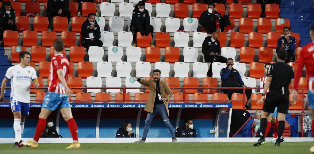 Rubén Albés gesticula durante el partido, el primero en su estadio