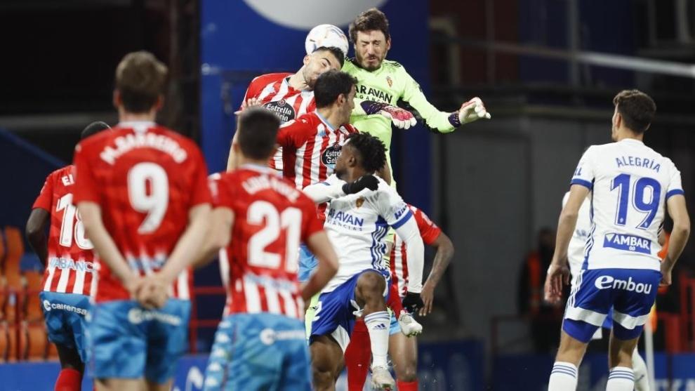 Cristian Álvarez rematando el balón que su`pondría el primer gol del meta y el empate del Zaragoza en Lugo