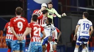 Cristian Álvarez rematando el balón que su`pondría el primer gol...