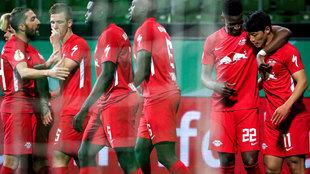Los jugadores del Leipzig celebran el gol de Hee-Chan.