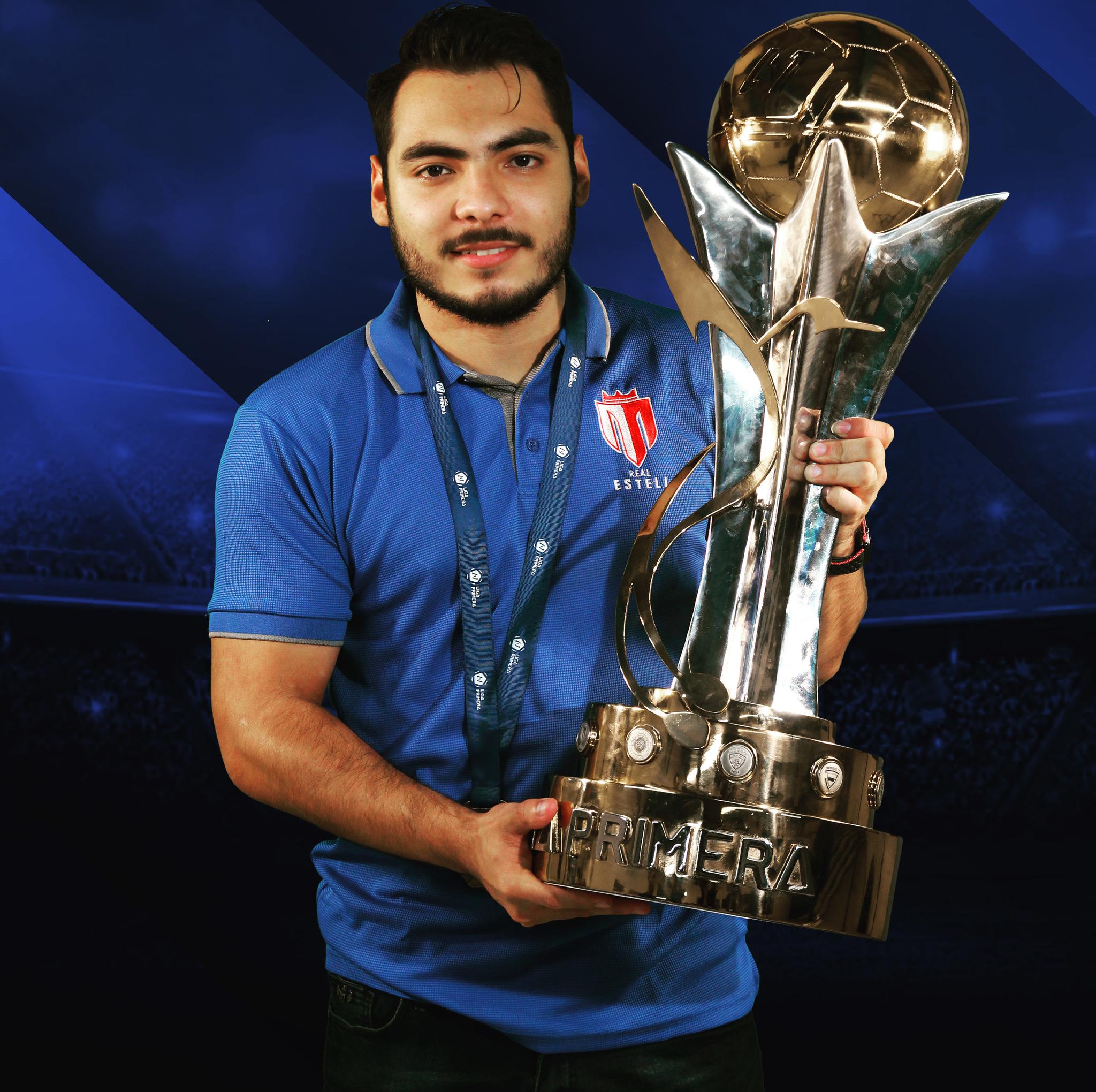 Holver Flores, con el trofeo que le acredita como campeón de Primera de Nicaragua.
