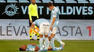 Tapia es atendido por su compañeros tras lesionarse