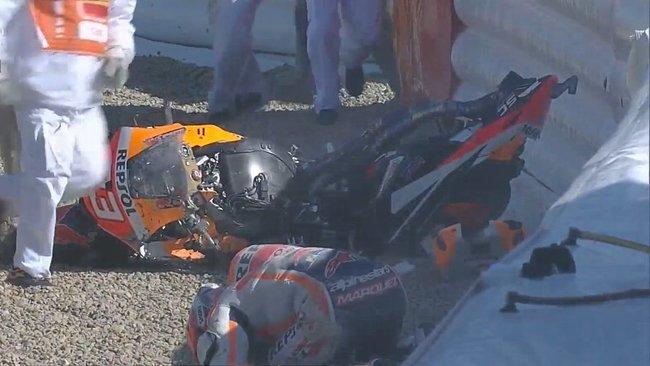 Marc Márquez, caído junto a su Honda.