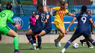 Alexia Putellas controla un balón ante la oposición de varias...