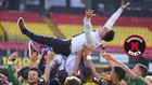 Los jugadores del Watford mantean a Xisco Muñoz tras conseguir el...