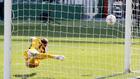 Oblak se tira a su derecha en el penalti lanzado por Fidel.