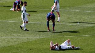Los jugadores del Elche lamentan la derrota ante el Atlético.
