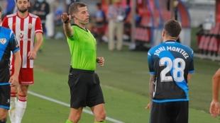 Ávalos Barrera, árbitro catalán, durante un partido