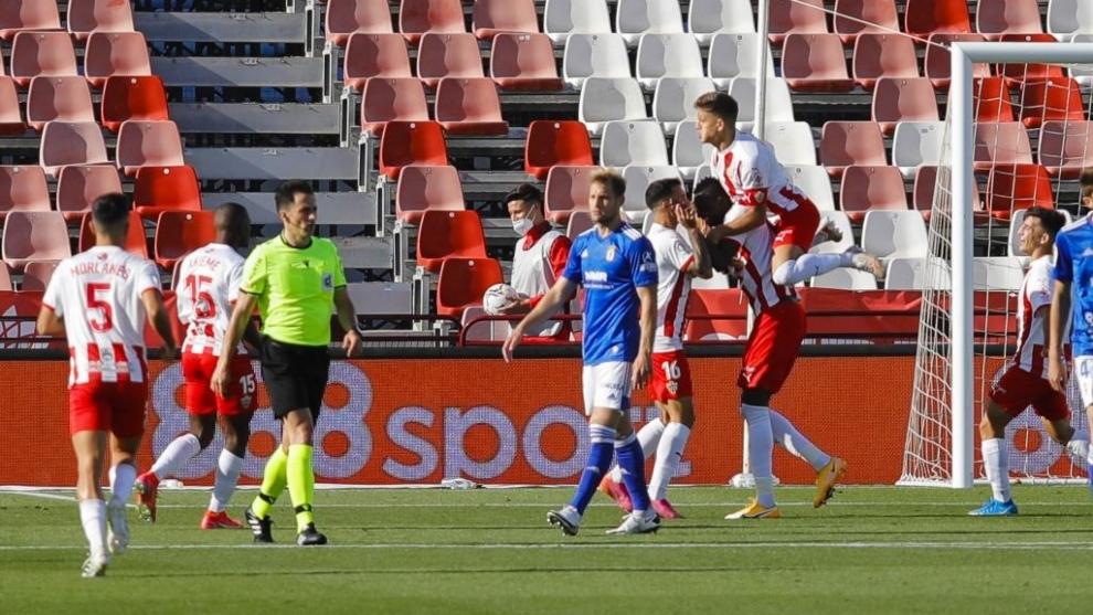 Los jugadores del Almería felicitan a Sadiq tras marcar su segundo gol