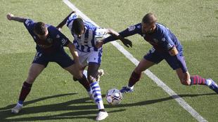 Isak disputa el balón entre Galán y Pulido.