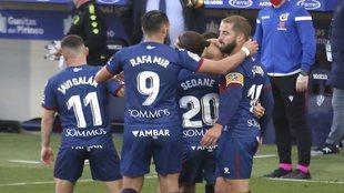 Los jugadores del Huesca celebran su gol ante la Real.